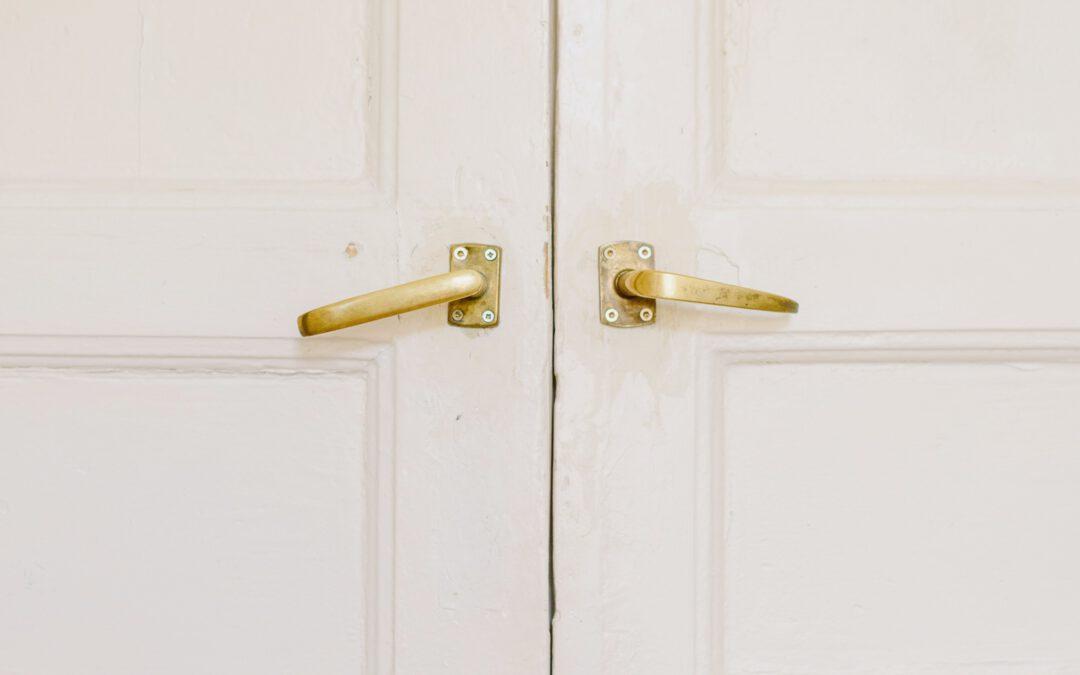 Een kunststof deur, wat kost dat? Lees het hier!